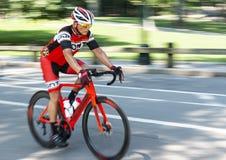 Addestramento del motociclista di corsa di strada con il fondo vago fotografia stock libera da diritti