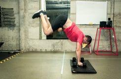 Addestramento del nucleo duro di forte allenamento dell'uomo di forma fisica nella gente reale della palestra fotografie stock libere da diritti