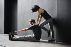 Addestramento del partner che allunga concetto di allenamento Fotografia Stock Libera da Diritti