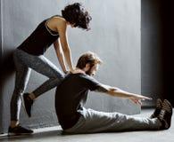 Addestramento del partner che allunga concetto di allenamento Fotografie Stock Libere da Diritti