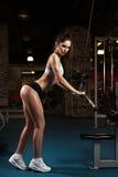 Addestramento del peso della donna alla ginnastica Fotografie Stock Libere da Diritti