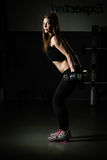 Addestramento del peso della donna alla ginnastica L'esercitazione sopra tira giù la macchina del peso Donna che fa tirata-UPS ch Fotografia Stock Libera da Diritti