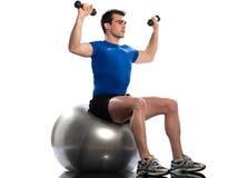 Addestramento del weigth di posizione di allenamento della sfera di forma fisica dell'uomo Fotografia Stock Libera da Diritti