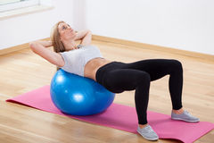 Addestramento dell'ABS sulla palla di forma fisica Fotografia Stock