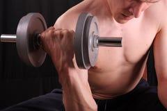 Addestramento dell'uomo con il peso immagini stock libere da diritti