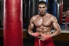 Addestramento dell'uomo del pugile, allenamento Combattente muscolare di pugilato, ABS nudo del torso Fotografie Stock Libere da Diritti