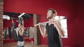 Addestramento dell'uomo di forma fisica con la barra trasversale in palestra Uomo di sport facendo uso della barra trasversale pe archivi video