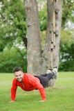 Addestramento dell'uomo di sport nel parco Fotografie Stock Libere da Diritti
