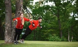 Addestramento dell'uomo e della donna di sport nel parco Fotografie Stock Libere da Diritti