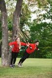 Addestramento dell'uomo e della donna di sport nel parco Fotografia Stock Libera da Diritti