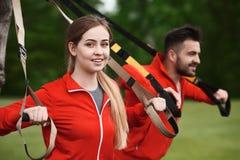 Addestramento dell'uomo e della donna di sport nel parco Fotografia Stock