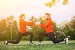 Addestramento dell'uomo e della donna di sport nel parco Fotografie Stock