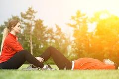 Addestramento dell'uomo e della donna di sport nel parco Immagine Stock Libera da Diritti
