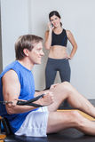 Addestramento dell'uomo in ginnastica Fotografia Stock
