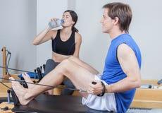 Addestramento dell'uomo nei pilates fotografie stock