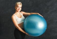 Addestramento della donna di forma fisica con la palla di forma fisica all'interno Fotografia Stock