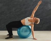 Addestramento della donna di forma fisica con la palla di forma fisica all'interno Immagini Stock Libere da Diritti