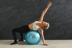 Addestramento della donna di forma fisica con la palla di forma fisica all'interno Fotografie Stock