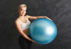 Addestramento della donna di forma fisica con la palla di forma fisica all'interno Immagine Stock Libera da Diritti