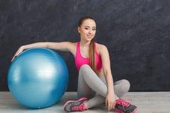 Addestramento della donna di forma fisica con la palla di forma fisica all'interno Fotografie Stock Libere da Diritti