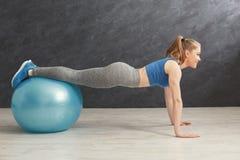 Addestramento della donna di forma fisica con la palla di forma fisica all'interno Immagine Stock