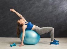 Addestramento della donna di forma fisica con la palla di forma fisica all'interno Fotografia Stock Libera da Diritti