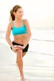 Addestramento della donna di forma fisica di sport sulla spiaggia Fotografia Stock Libera da Diritti