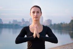 Addestramento della donna di forma fisica sul pilastro durante l'allenamento di sport di mattina Fotografie Stock