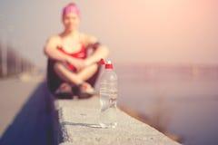 Addestramento della donna di sport fuori nella mattina Immagine Stock Libera da Diritti