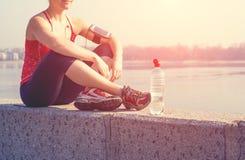 Addestramento della donna di sport fuori nella mattina Immagini Stock