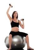 Addestramento della donna incinta che si siede sulla sfera di forma fisica Fotografia Stock