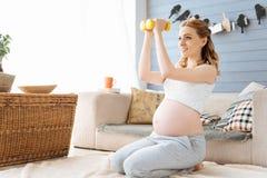 Addestramento della donna incinta con le teste di legno Fotografia Stock Libera da Diritti
