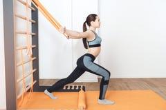 Addestramento della donna nella cura adatta di salute del corpo della palestra Fotografie Stock Libere da Diritti