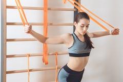 Addestramento della donna nella cura adatta di salute del corpo della palestra Fotografia Stock
