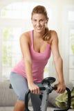 Addestramento della donna sulla bici di esercitazione Immagini Stock Libere da Diritti
