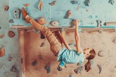 Addestramento della donna sulla parete rampicante di pratica Fotografia Stock