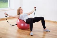Addestramento della donna sulla sfera di forma fisica Fotografia Stock Libera da Diritti