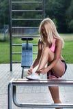 Addestramento della donna in un parco Immagini Stock