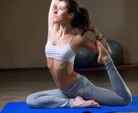 Addestramento della giovane donna nel asana di yoga Fotografie Stock