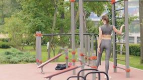 Addestramento della giovane donna sul campo sportivo nel parco di estate Stile di vita di sport e di forma fisica video d archivio