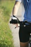 Addestramento della giovane donna sul mountain bike e ciclare nel parco immagine stock