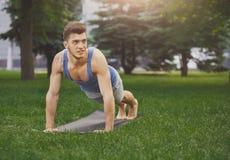 Addestramento della plancia dell'uomo di forma fisica nel parco all'aperto Immagini Stock Libere da Diritti