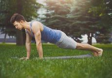 Addestramento della plancia dell'uomo di forma fisica nel parco all'aperto Fotografie Stock Libere da Diritti