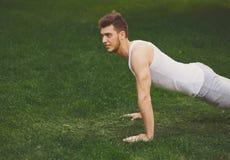 Addestramento della plancia dell'uomo di forma fisica nel parco all'aperto Fotografia Stock Libera da Diritti