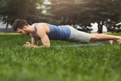 Addestramento della plancia dell'uomo di forma fisica nel parco all'aperto Fotografie Stock