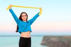 Addestramento della ragazza di forma fisica con la banda elastica di gomma di yoga Immagine Stock