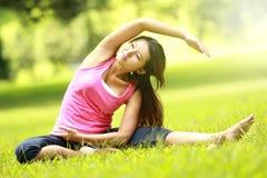 Addestramento della ragazza sull'erba Fotografia Stock