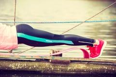 Addestramento della ragazza in vestiti sportivi sulla riva del lago Fotografie Stock