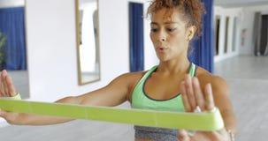 Addestramento della sportiva con la banda elastica Fotografia Stock Libera da Diritti