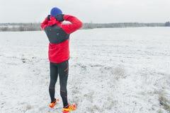 Addestramento dello sportivo al fondo nevoso di inverno del campo Fotografia Stock Libera da Diritti